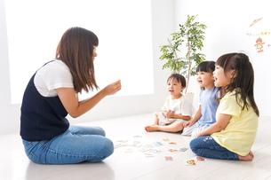 子供の英会話教室の写真素材 [FYI04710501]