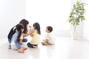 子供の英語教室の写真素材 [FYI04710522]