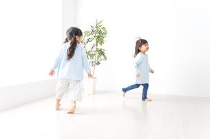 友達と遊ぶ女の子の写真素材 [FYI04710536]