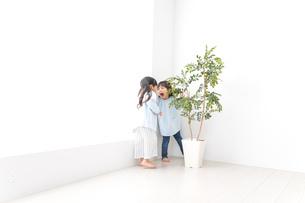 友達と遊ぶ女の子の写真素材 [FYI04710542]