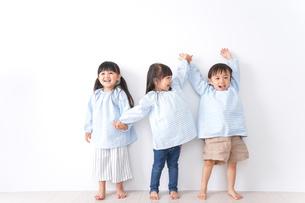 保育園で遊ぶ子どもの写真素材 [FYI04710555]