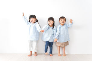 Children playing with friendsの写真素材 [FYI04710558]