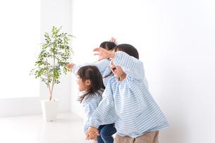 保育園で遊ぶ子どもの写真素材 [FYI04710561]