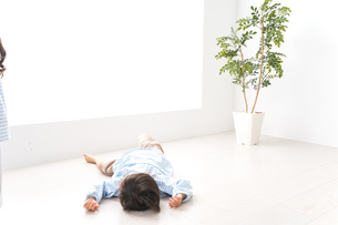 やんちゃな男の子の写真素材 [FYI04710562]