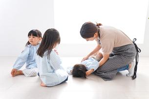 幼稚園で勉強をする子供の写真素材 [FYI04710570]