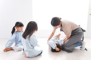 幼稚園で勉強をする子供の写真素材 [FYI04710575]