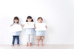 保育園で遊ぶ子どもの写真素材 [FYI04710580]