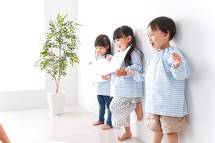 保育園で遊ぶ子どもの写真素材 [FYI04710593]