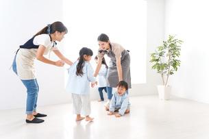 幼稚園・遊戯の時間の写真素材 [FYI04710597]
