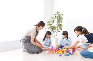 ブロックで遊ぶ子どもと先生の写真素材 [FYI04710603]
