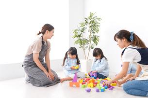 ブロックで遊ぶ子どもと先生の写真素材 [FYI04710604]