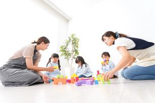 幼稚園・遊戯の時間の写真素材 [FYI04710613]