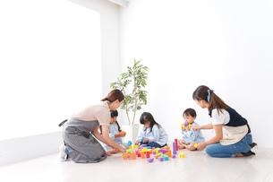 ブロックで遊ぶ子どもと先生の写真素材 [FYI04710616]