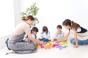 ブロックで遊ぶ子どもと先生の写真素材 [FYI04710620]