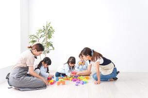 ブロックで遊ぶ子どもと先生の写真素材 [FYI04710629]