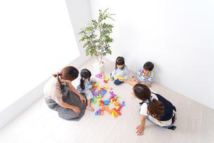 ブロックで遊ぶ子どもと先生の写真素材 [FYI04710640]