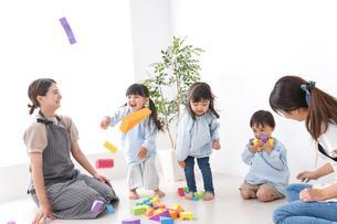 保育士と子供の写真素材 [FYI04710644]