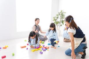 ブロックで遊ぶ子どもと先生の写真素材 [FYI04710646]