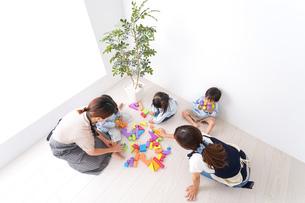 ブロックで遊ぶ子どもと先生の写真素材 [FYI04710647]