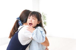 泣く子どもとお母さんの写真素材 [FYI04710657]