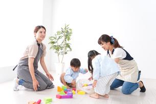 ブロックで遊ぶ子どもと先生の写真素材 [FYI04710658]