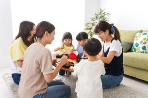 ごはんを食べる子どもとママ友の写真素材 [FYI04710664]