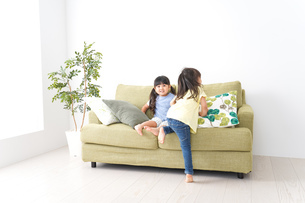笑顔で遊ぶ子どもの写真素材 [FYI04710665]