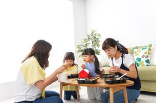 ごはんを食べる子どもとママ友の写真素材 [FYI04710666]
