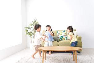 家で遊ぶ子どもたちの写真素材 [FYI04710667]