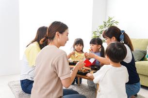 ごはんを食べる子どもとママ友の写真素材 [FYI04710671]