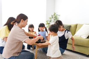 ごはんを食べる子どもとママ友の写真素材 [FYI04710673]