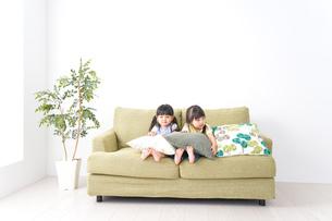 家で遊ぶ子どもたちの写真素材 [FYI04710681]