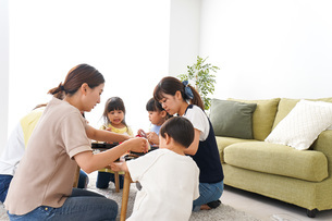 ごはんを食べる子どもとママ友の写真素材 [FYI04710682]