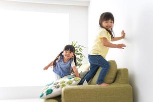 家で遊ぶ子どもたちの写真素材 [FYI04710688]