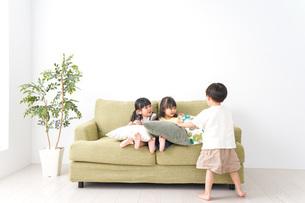 おうちで遊ぶ子どもたちの写真素材 [FYI04710698]