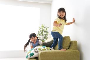 楽しく遊ぶ女の子の写真素材 [FYI04710700]