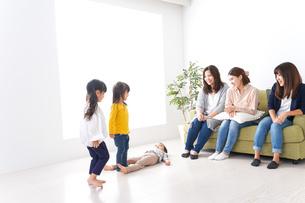笑顔のお母さんと子供の写真素材 [FYI04710714]