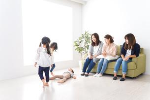 ママ友と子どもたちの写真素材 [FYI04710715]