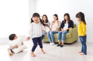 ママ友と子どもたちの写真素材 [FYI04710716]