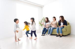 ママ友と子どもたちの写真素材 [FYI04710726]
