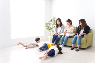 ママ友と子どもたちの写真素材 [FYI04710727]