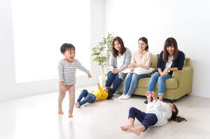 ママ友と子どもたちの写真素材 [FYI04710729]