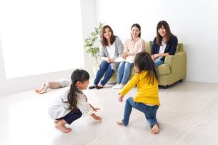 ママ友と子どもたちの写真素材 [FYI04710731]