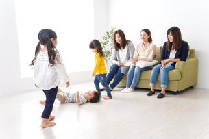 ママ友と子どもたちの写真素材 [FYI04710733]