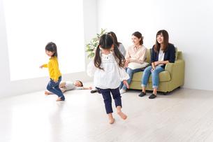 ママ友と子どもたちの写真素材 [FYI04710735]