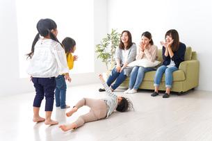 ママ友と子どもたちの写真素材 [FYI04710737]