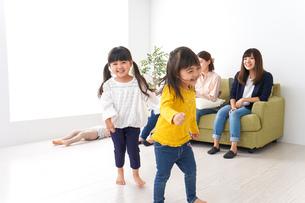 ママ友と子どもたちの写真素材 [FYI04710743]