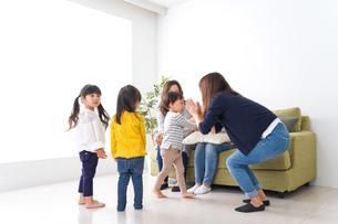 お母さんと子どもたち・仲良しの写真素材 [FYI04710745]