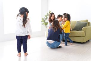笑顔のお母さんと子供の写真素材 [FYI04710746]