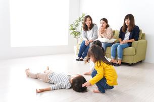 ママ友と子どもたちの写真素材 [FYI04710752]